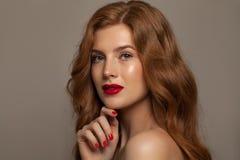 naturalne piękno Piękna rudzielec kobieta z Długim Czerwonym włosy Zdjęcia Royalty Free