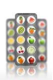 Naturalne pigułki z witaminami i owoc odizolowywającymi Fotografia Royalty Free