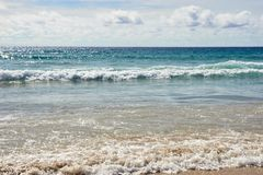 naturalne tekstury grafiki projektu fale morskie błękitna woda białe chmury Fotografia Royalty Free