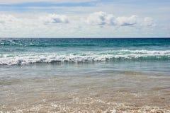 naturalne tekstury grafiki projektu fale morskie błękitna woda białe chmury Fotografia Stock