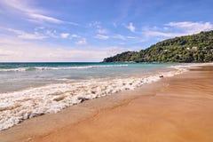 naturalne tekstury grafiki projektu fale morskie błękitne niebo zielone drzewa Jaskrawy piasek Obrazy Royalty Free