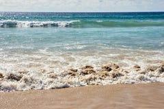 naturalne tekstury grafiki projektu fale morskie białe chmury błękitna woda Obrazy Royalty Free