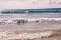 naturalne tekstury grafiki projektu fale morskie białe chmury błękitna woda Zdjęcie Royalty Free