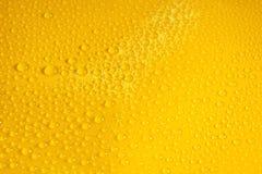 naturalne wod krople na żółtej tło teksturze zdjęcia stock
