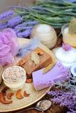 Naturalnego kosmetyków pojęcia tła - kawowy i lawendowy rzemieślnika mydło solankowa pętaczka, śmietanka i kwiaty, Obrazy Stock