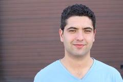 Naturalnego młodego człowieka uśmiechnięty zakończenie up zdjęcie royalty free
