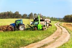 Naturalnego nawozu agro życiorys nawożenie Ładowniczy nawóz na ciągniku Rolniczy krajobraz w republika czech Zdjęcia Stock
