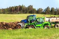 Naturalnego nawozu agro życiorys nawożenie Ładowniczy nawóz na ciągniku Rolniczy krajobraz w republika czech Zdjęcie Stock