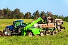 Naturalnego nawozu agro życiorys nawożenie Ładowniczy nawóz na ciągniku Rolniczy krajobraz w republika czech Zdjęcia Royalty Free