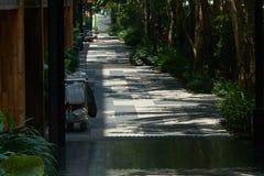 Naturalnego przyrodniego budynku hotelowy przejście z gosposi furą zdjęcie stock