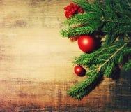 Naturalnej jodły gałąź i nowego roku ` s jedlinowego drzewa zabawki na drewnianym tle Nowego Roku `s tło Obrazy Royalty Free