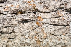 Naturalnej tekstury szarobrunatny płatowaty kamień z terakotowymi punktami obrazy stock