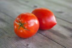 Naturalni czerwoni pomidory na starym drewnianym stole Fotografia Stock