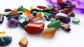 Naturalni jaskrawi coloured semi cenni gemstones i klejnoty z torbą na białym tle obrazy stock