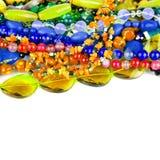 Naturalni kolorowi kamieni koraliki od różnych kopalin odizolowywali o Fotografia Stock