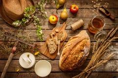 Naturalni lokalni artykuły żywnościowy na rocznika drewnianym stole - kraj Obrazy Royalty Free