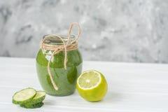 Naturalni napojów smoothies od zielonych warzyw Obrazy Royalty Free