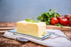 Naturalni organicznie świezi składniki dla jakaś karmowego kucharstwa gdy masło, pomidory, zieleni kolendery fotografia stock