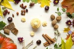 Naturalni organicznie kosmetyki Ręcznie Robiony mydło na białych drewnianych półdupkach fotografia stock