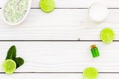 Naturalni organicznie kosmetyki z cytryną lub wapnem Cytrusów plasterki, aromatyczna zdrój sól, mennica dla deoration, butelka z  Zdjęcie Royalty Free