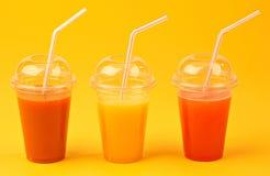 Naturalni Owocowi soki w pomarańczowym tle Zdjęcia Royalty Free