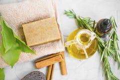 Naturalni skincare składniki z organicznie mydłem, oliwa z oliwek, ziołowy istotny olej, odgórny widok organicznie skincare skład zdjęcia royalty free