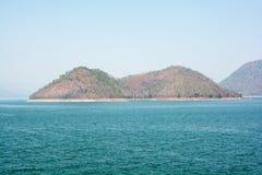 Naturalnie relaksować Halną rzeczną wyspę w niebo plamie Zdjęcie Royalty Free