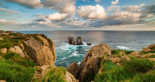 Naturalny łuk Playa De Los angeles Arnia przy wschodem słońca, Cantabria, Hiszpania zbiory wideo