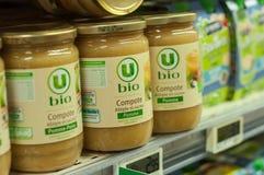 Naturalny applesauce w szkłach przy super U supermarketem fotografia stock