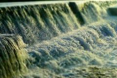 Naturalny Aqua tło plamy i ostrza - przepływ Foamy woda z kropieniem krople - obraz stock