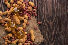 Naturalny arachid z olejem w szkle Zdjęcia Royalty Free