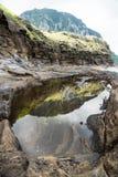 Naturalny basen z widokiem na górze Sanbangsan Yongmeori plaża, Ro, Jeju wyspa, Południowy Korea, pionowo Fotografia Stock