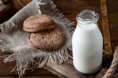 Naturalny cały mleko w butelce na starym drewnianym tle i Zdjęcia Stock