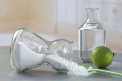 Naturalny cleaning wytłacza wzory cytryny i sodium dwuwęglan zdjęcie royalty free