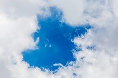 Naturalny cloudscape Niebieskie niebo w centrum z puszystymi chmurami jako Zdjęcia Royalty Free