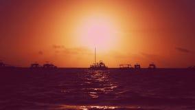 Naturalny czerwony zmierzch Jachty, fale i zmierzchu tło, Czerwony niebo zmierzch i koloru żółtego słońce nad morzem zbiory