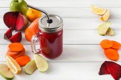Naturalny detox beetroot smoothie z składnikami na białym drewnianym tle fotografia stock