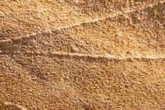Naturalny granitu kamień z unikalnym wzorem włączenia kwarc żyły wystawiać oddziaływanie wiatr na wybrzeżu obrazy royalty free