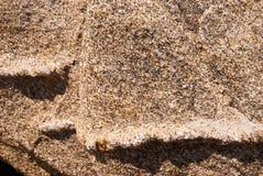 Naturalny granitu kamień z unikalnym wzorem włączenia kwarc żyły wystawiać oddziaływanie wiatr na wybrzeżu obraz stock