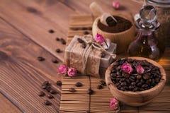 Naturalny handmade mydło, aromatyczny kosmetyka olej, morze sól z kawowymi fasolami zdjęcie stock