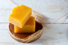 Naturalny handmade mydło z pszenicznego zarazka olejem, pszeniczni ucho na drewnianym tle Zdroju pojęcie Zdjęcia Royalty Free