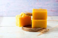 Naturalny handmade mydło z pszenicznego zarazka olejem, pszeniczni ucho na drewnianym tle Zdroju pojęcie Obraz Stock