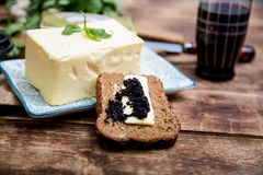 Naturalny jedzenie i składniki, śniadanie z masła, chlebowego i czarnego kawiorem, Obraz Stock