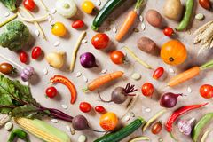 Naturalny jedzenie na kuchennym stole Jesieni warzywa i uprawa odgórny widok fotografia royalty free