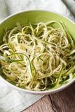 Naturalny jedzenie: surowy zucchini makaron w pucharu zbliżeniu pionowo zdjęcia royalty free
