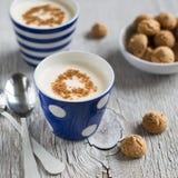 Naturalny jogurt z cynamonem zdjęcie royalty free