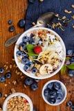 Naturalny jogurt z czarnymi jagodami, bananami i muesli organicznie, Fotografia Royalty Free