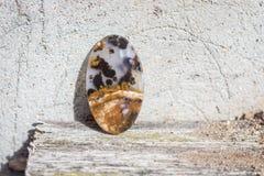 Naturalny kamienny agat na drewnianej półki i loft tynku starej venetian ścianie Zdjęcie Stock