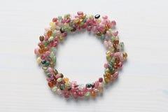 Naturalny kamienny tourmaline Piękna karta dla gratulacji Okrąg naturalni kamienie Błękit, zieleń, kolor żółty, różowy tourmaline obrazy stock