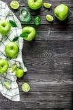 Naturalny karmowy projekt z zielonych jabłek biurka tła odgórnego widoku ciemnym egzaminem próbnym up Fotografia Stock